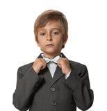 Niño pequeño en un smoking Fotos de archivo