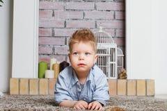 Niño pequeño en un suelo Fotografía de archivo libre de regalías