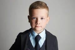 Niño pequeño en un traje de tres piezas Foto de archivo libre de regalías