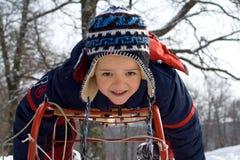 Niño pequeño en un trineo Foto de archivo libre de regalías
