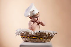 Niño pequeño en una cesta Imagen de archivo libre de regalías