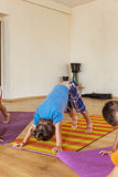 Niño pequeño en una clase de la yoga Foto de archivo libre de regalías