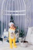 Niño pequeño en una decoración del Año Nuevo, bebé y la Navidad 1 Fotos de archivo