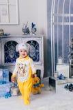 Niño pequeño en una decoración del Año Nuevo, bebé y la Navidad 1 Fotografía de archivo