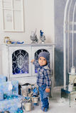 Niño pequeño en una decoración del ` s del Año Nuevo, bebé y la Navidad 1 Imagenes de archivo