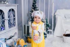 Niño pequeño en una decoración del ` s del Año Nuevo, bebé y la Navidad 1 Fotografía de archivo libre de regalías