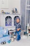 Niño pequeño en una decoración del ` s del Año Nuevo, bebé y la Navidad 1 Imagen de archivo