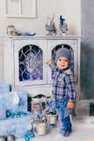 Niño pequeño en una decoración del ` s del Año Nuevo, bebé y la Navidad 1 Foto de archivo