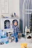Niño pequeño en una decoración del ` s del Año Nuevo, bebé y la Navidad 1 Fotografía de archivo