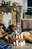 Niño pequeño en una decoración del ` s del Año Nuevo, bebé y la Navidad 1 Fotos de archivo libres de regalías