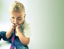 Niño pequeño enojado y rebelde foto de archivo