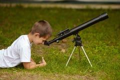 Niño pequeño feliz con el telescopio Fotografía de archivo