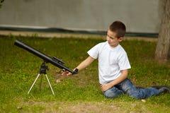 Niño pequeño feliz con el telescopio Fotos de archivo