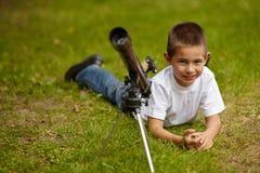 Niño pequeño feliz con el telescopio Imágenes de archivo libres de regalías