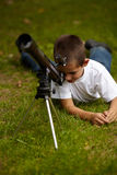 Niño pequeño feliz con el telescopio Fotos de archivo libres de regalías