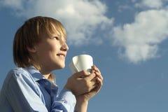 Niño pequeño feliz con la taza Imagenes de archivo