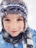 Niño pequeño feliz que disfruta de día de invierno en naturaleza con nieve que cae imagen de archivo libre de regalías