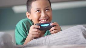 Niño pequeño feliz que juega al juego video metrajes