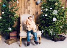 Niño pequeño feliz que juega cerca del árbol de navidad Imagen de archivo