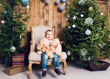 Niño pequeño feliz que juega cerca del árbol de navidad Foto de archivo libre de regalías