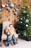 Niño pequeño feliz que juega cerca del árbol de navidad Fotos de archivo libres de regalías