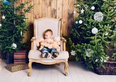 Niño pequeño feliz que juega cerca del árbol de navidad Imagenes de archivo