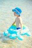 Niño pequeño feliz que juega el círculo de goma Fotografía de archivo