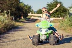 Niño pequeño feliz que juega en el camino en el tiempo del día Fotos de archivo libres de regalías