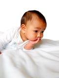 Niño pequeño feliz que pone y que piensa Imagenes de archivo
