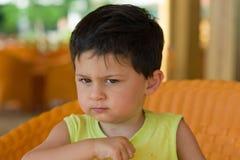Niño pequeño gruñón Foto de archivo