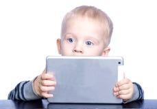 Niño pequeño hermoso con el pelo rubio y los ojos azules Imagenes de archivo
