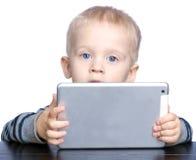 Niño pequeño hermoso con el pelo rubio y los ojos azules Imagen de archivo