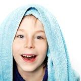 Niño pequeño hermoso después de ducha con la toalla de baño y el bathr azules fotografía de archivo libre de regalías