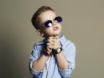 Niño pequeño hermoso en gafas de sol Niño divertido Imagenes de archivo