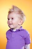 Niño pequeño interesado feliz en violeta Fotos de archivo libres de regalías