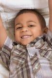 Niño pequeño joven en camisa y pantalones vaqueros checkered Foto de archivo libre de regalías