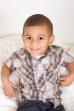 Niño pequeño joven en camisa y pantalones vaqueros checkered imagen de archivo