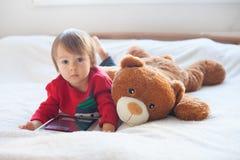 Niño pequeño, jugando en la tableta Imágenes de archivo libres de regalías