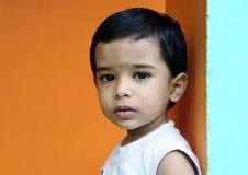 Niño pequeño lindo fotografía de archivo