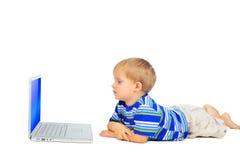 Niño pequeño lindo con el cuaderno Imagen de archivo