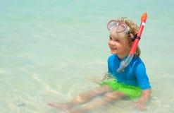 Niño pequeño lindo con el equipo que bucea en la playa tropical Foto de archivo libre de regalías