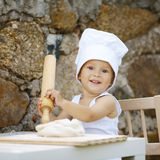 Niño pequeño lindo con el sombrero del cocinero Imagenes de archivo