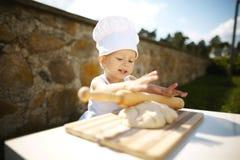 Niño pequeño lindo con el sombrero del cocinero Foto de archivo libre de regalías
