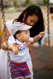 Niño pequeño lindo con la madre y el papá Fotografía de archivo