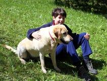 niño pequeño lindo con su perro Imagen de archivo