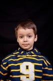 Niño pequeño lindo con una mirada seria Fotos de archivo