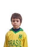 Niño pequeño lindo con una mirada seria aislado en el fondo blanco Fotografía de archivo