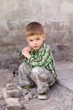 Niño pequeño lindo en el fondo de la pared fotos de archivo