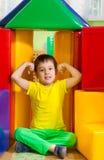 Niño pequeño lindo en gimnasio de la guardería Imagenes de archivo