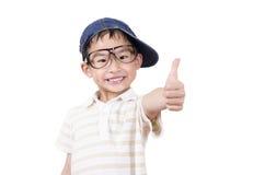 Niño pequeño lindo que detiene su pulgar Fotos de archivo libres de regalías